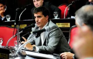 El proyecto, que ya fue girado a Diputados para su tratamiento, introduce el artículo 74 bis en el Código de Faltas de la provincia de Buenos Aires destinado a endurecer las sanciones a cualquier persona que realice un agravio psíquico o físico a un maestro o auxiliar educativo.