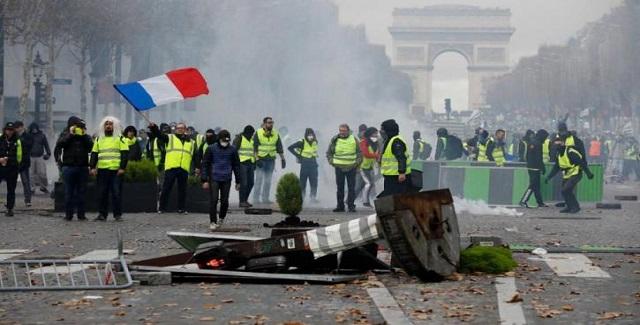 «Κίτρινα Γιλέκα»: Στους εννέα οι νεκροί από τις διαδηλώσεις