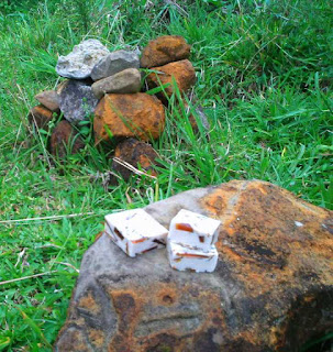 sabonetes em cima de uma pedra ao ar livre