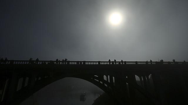 """Un defensor de la Tierra plana explica cuál es el """"mayor problema"""" del 'gran eclipse solar total'"""