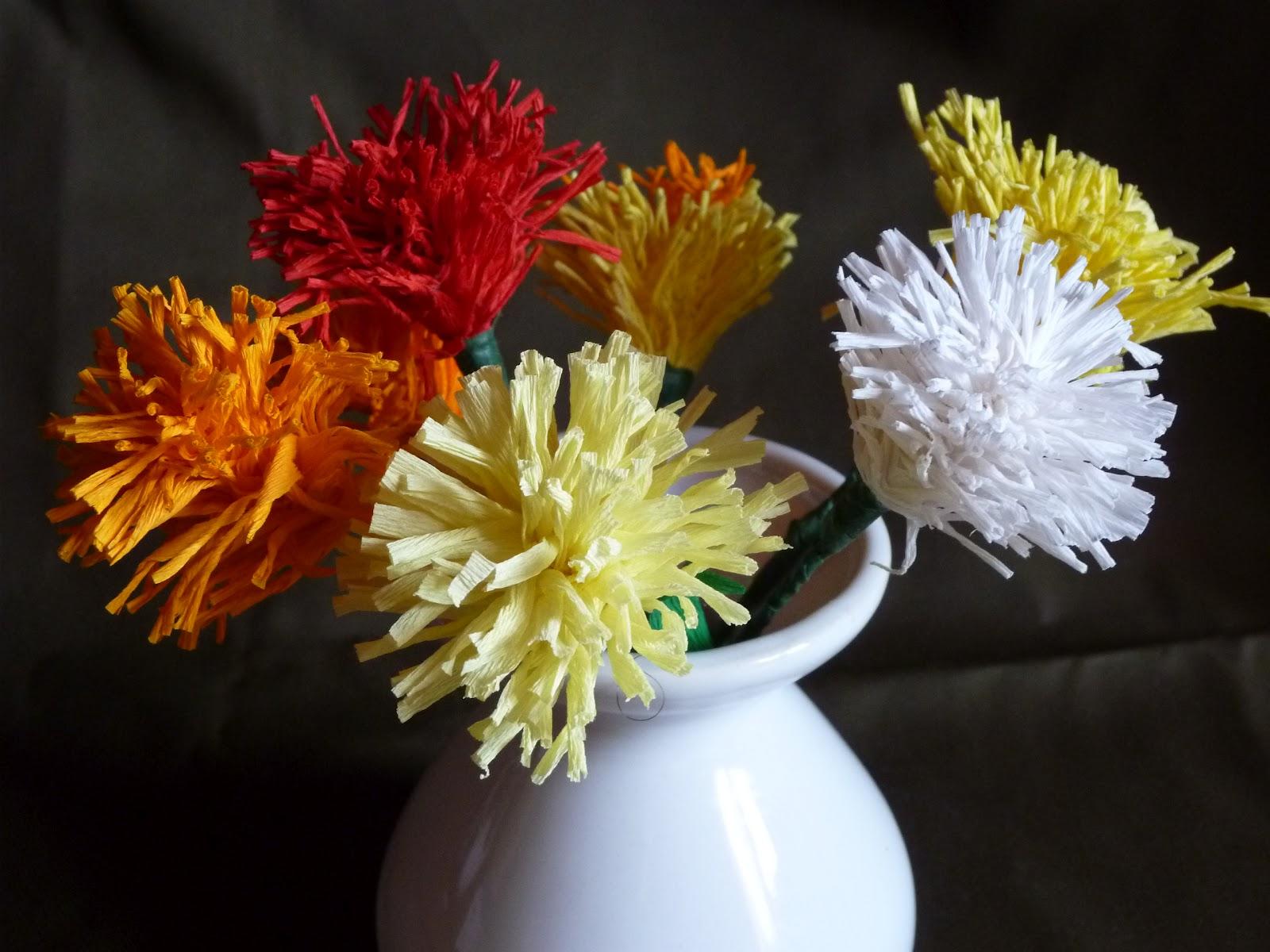 longchamp bricole: fleurs en papier crépon dans sa jardinière en