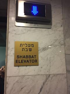 Ascensor con la marca de Shabbat