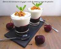 Cremoso de mascarpone y yogur, coulis de cerezas y migas de spéculoo