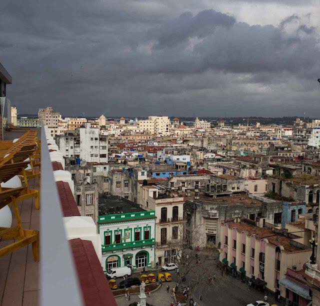 O panorama de Havana desde o Manzana é de um imenso cortiço sem esgotos.