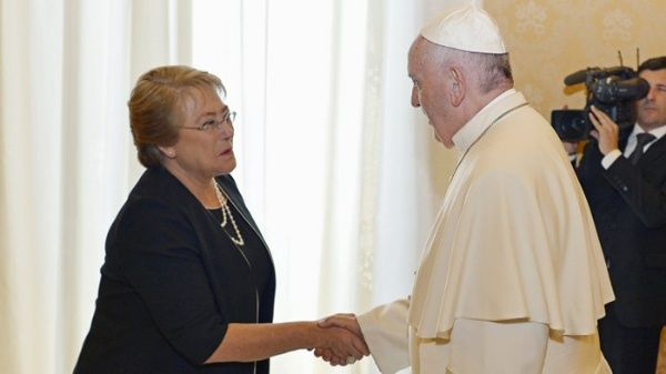 Bachelet pide a sector privado financiar visita del papa a Chile