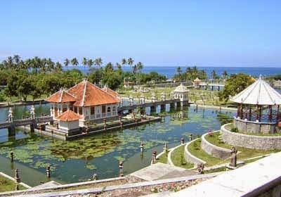 Kolam Besar Di Taman Ujung