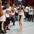 "Video: Embajadora Robin Bernstein sorprende ""street dancers"" con su baile"
