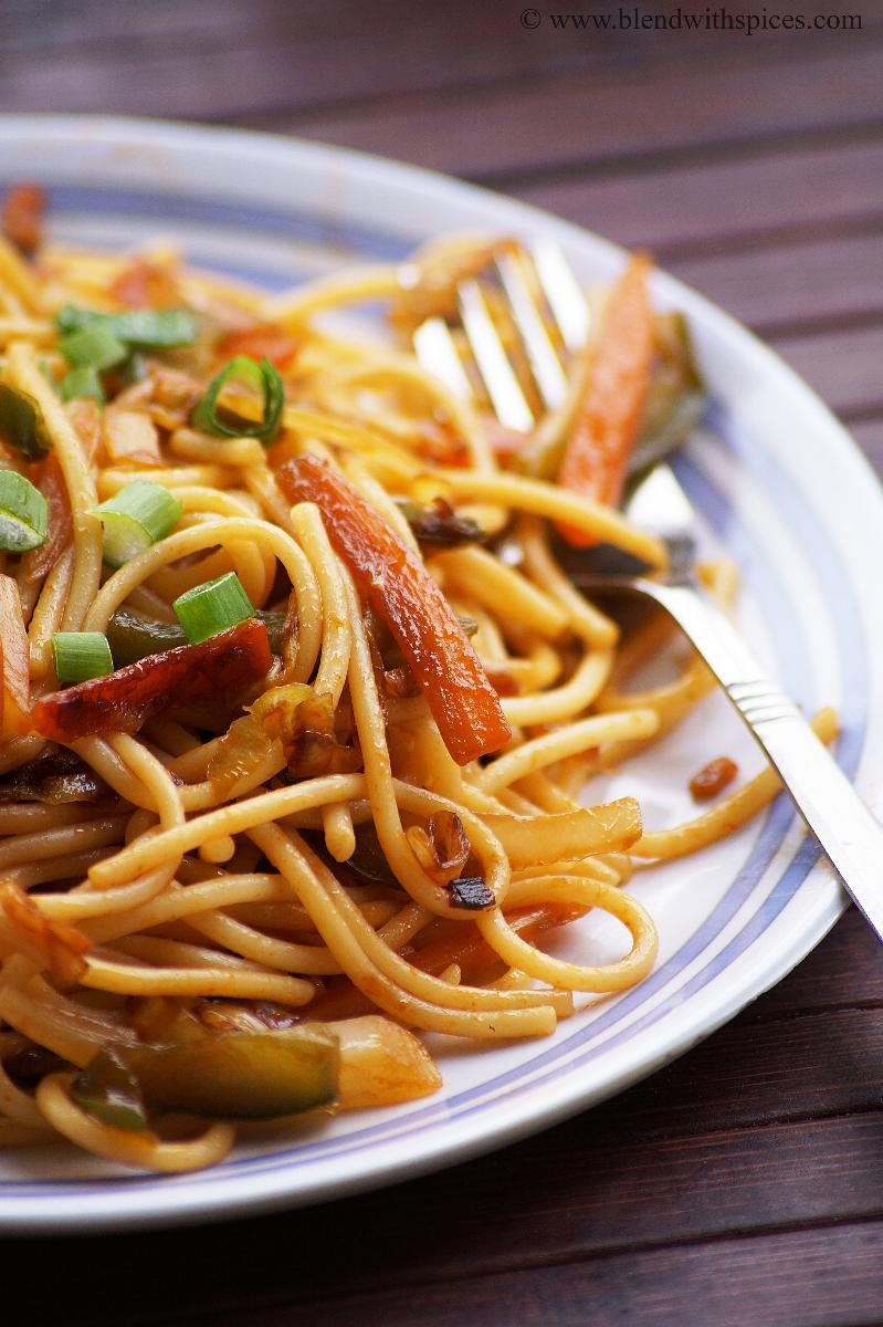 how to make vegetable hakka noodles recipe, blendwithspices.com