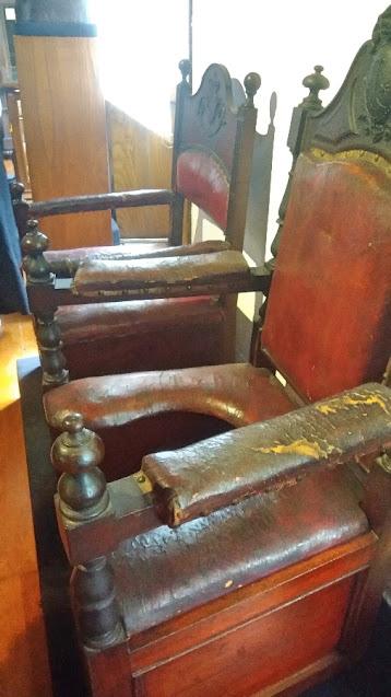 Antigas cadeiras de parto do Hospital do Carmo