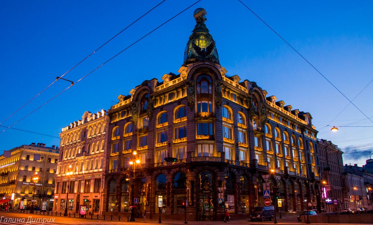 Дом Зингера ночью с подсветкой фото