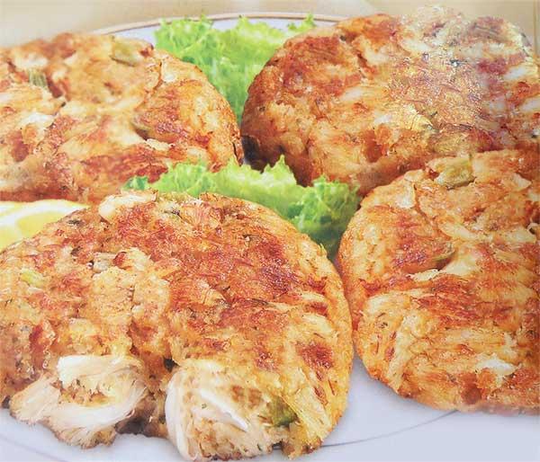 консервированное крабовое мясо ( крабовые палочки) - 300 г, яйцо - 1 шт., корень сельдерея(мелко рубленный) - 3 ст. л., зеленый лук - 4 шт., листья базилика (измельченные ) - 1 ст. л., лимон - 1 шт., сметана - 1 ст. л., сухари панировочные в фарш - 2 ст.л., мука для панировки - 3ст.л., орех мускатный (тертый) - 0,5 ч. л., соль, перец - по вкусу, масло сливочное.