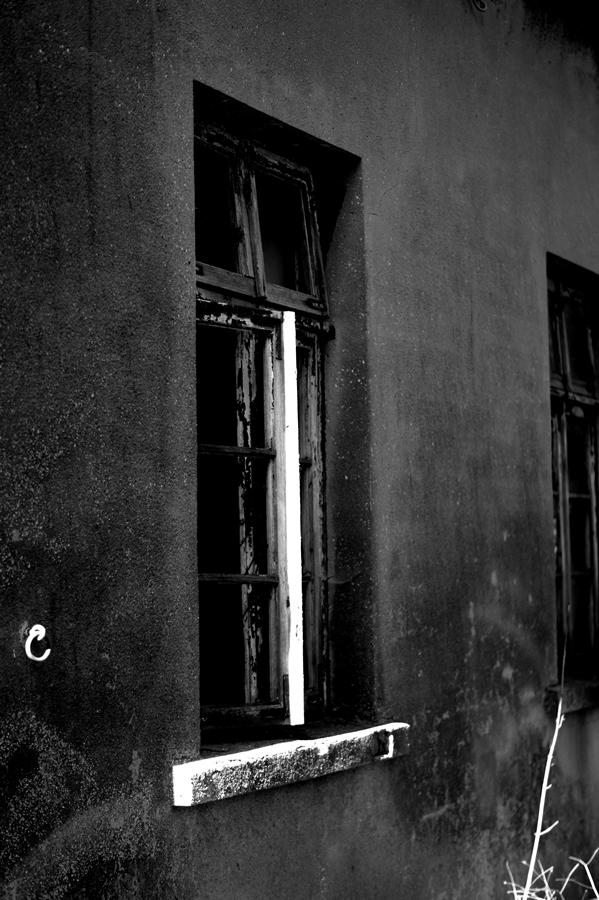Blog + Fotografie by it's me! | fim.works | SchwarzWeissBlick No 15 | verlassenes Gehöft | Lost Place | offenstehender Fensterflügel