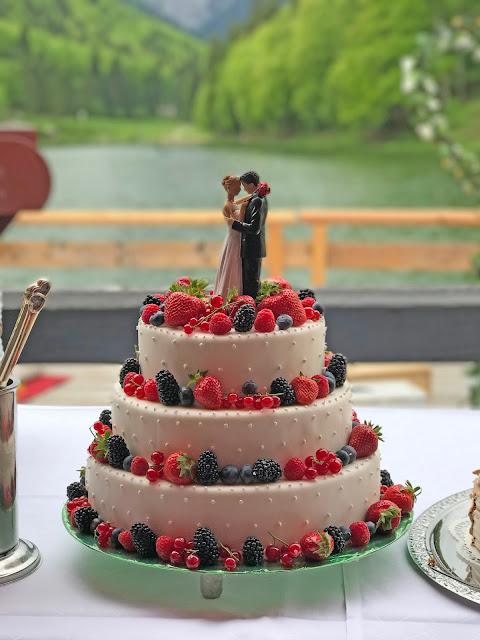 Hochzeitstorte mit Beeren, Rot Liebe, Blau Treue, Weiß Unschuld, Farbschema, Hochzeit, heiraten in Garmisch, Bayern, Deutschland, Riessersee Hotel, Hochzeitshotel, Hochzeitsplanerin Uschi Glas