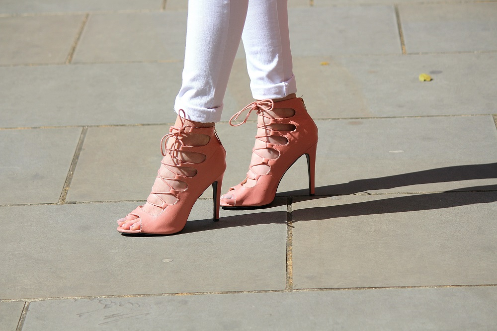 peexo fashion blogger wearing white jeans and pink lace up heels