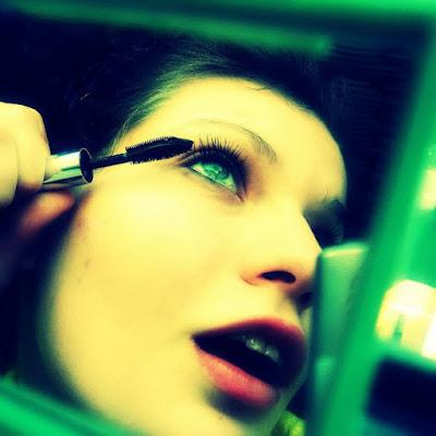 - ¿Per qué les dones óbrin la boca cuan se maquillen los ulls?
