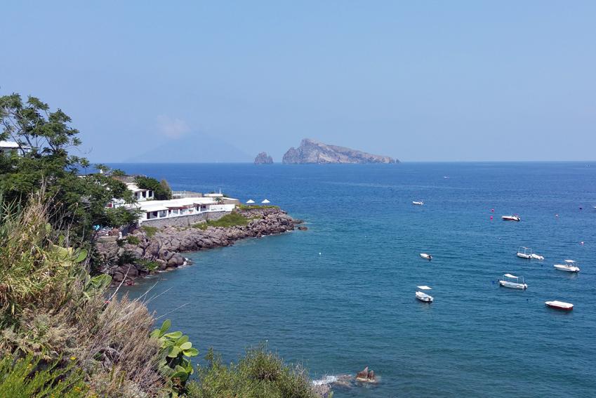 Widok na morze z wyspy Panarea