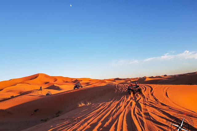 jugando con los buggies en las dunas