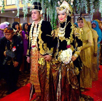 Baju Pengantin Oki Setiana Dewi Ala Minang Karya Asri