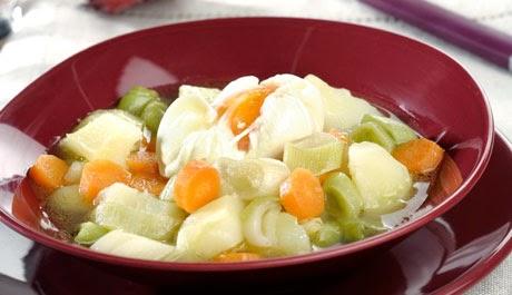 cazuela de verduras con huevo escalfado