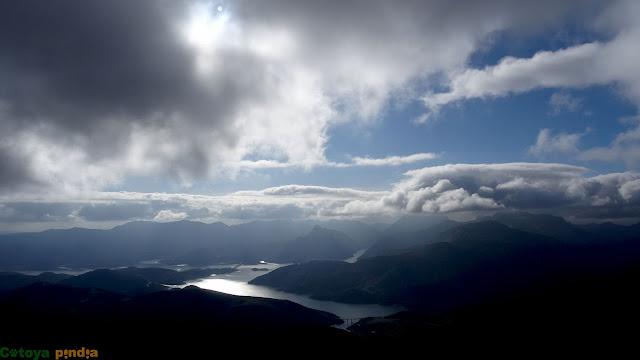 Una mirada al Embalse de Riaño entre nubes