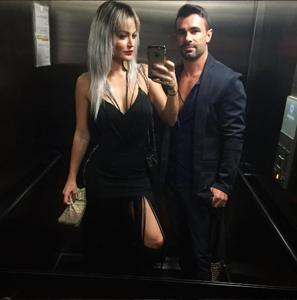 Laura Keller com Jorge Souza look vestido preto participante do Power Couple Brasil