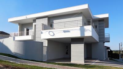 Os componentes estruturais desta residência foram diluídos visualmente através da conformação arquitetônica que alargou a empena da sustentação lateral da garagem, rebaixando também o forro da laje, encobrindo o vigamento.