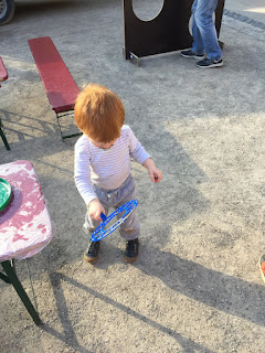 Das Kind macht selbstständig Seifenblasen und hat dabei wahnsinnigen Spaß