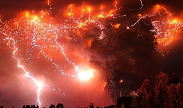 These 20 Unbelievable Pictures Might Look Like An Illusion But They Are Absolutely Real - Volcanic Lightening