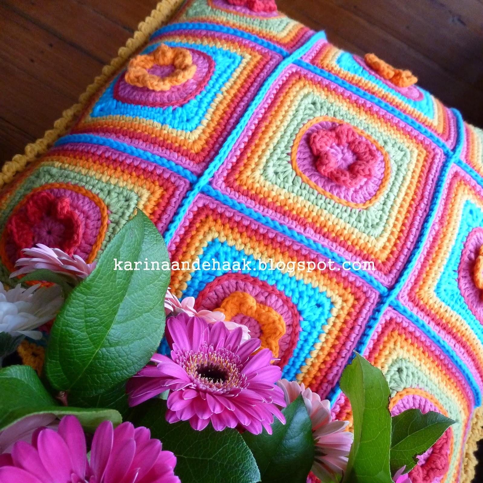 karin aan de haak superzoet regenboog bloemenkussen. Black Bedroom Furniture Sets. Home Design Ideas
