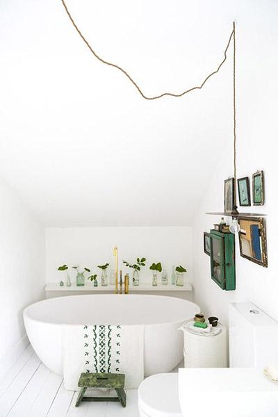 décoration salle de bain sous combles design blanc épuré