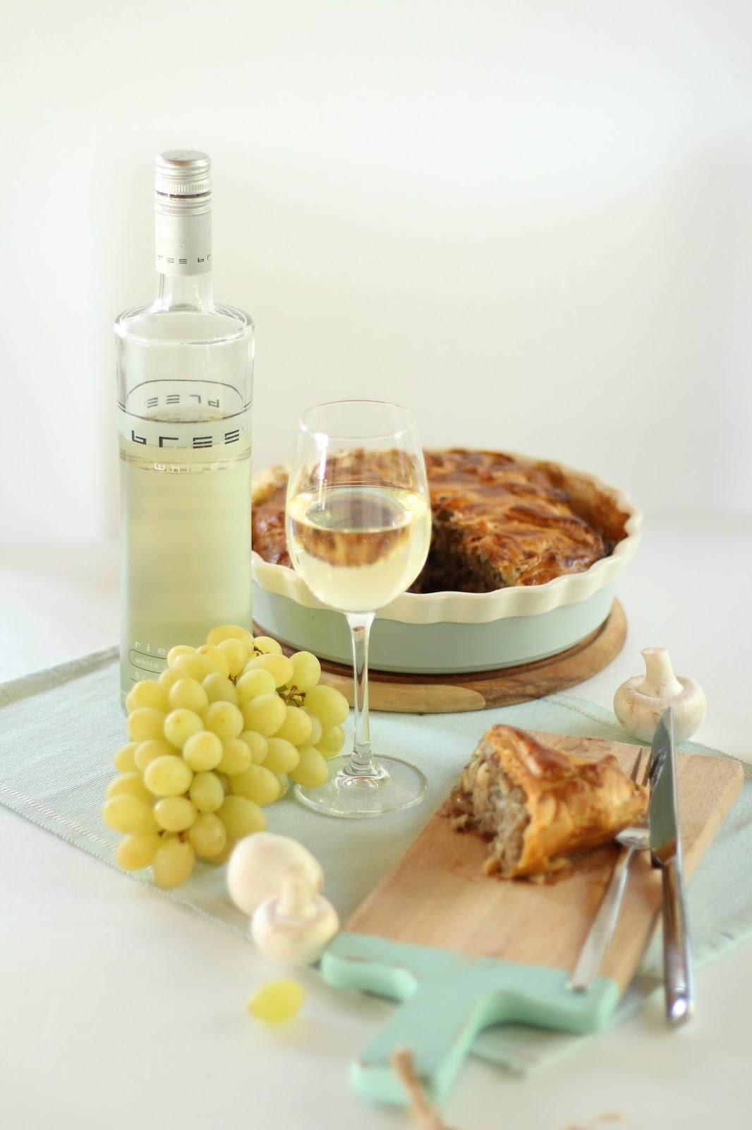Herbstliche Pastete mit Champignons und Hackfleisch - dazu ein Glas Bree Wein