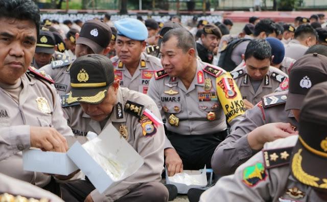Tertangkap Kamera, Pak Kapolda Sulsel, Makan Nasi Kotak Bareng Anggotanya Dilapangan