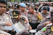Tertangkap Kamera, Pak Kapolda Sulsel Makan Nasi Kotak Bareng Anggotanya Dilapangan