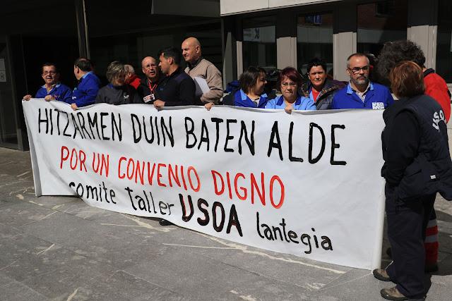 Concentración de trabajadores de Usoa, ante el Ayuntamiento