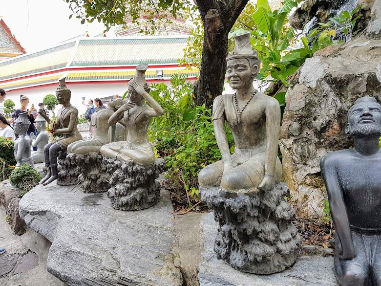 臥佛寺外一景,不知道這些雕像是…