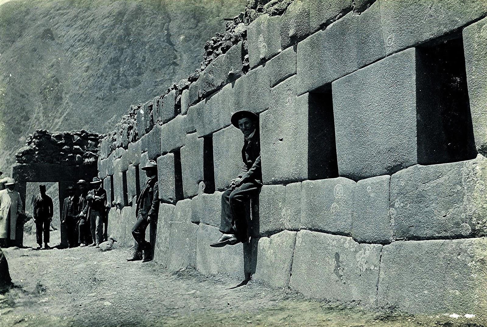 Sentados en la Ciudadela del Ollantaytambo Foto antigua