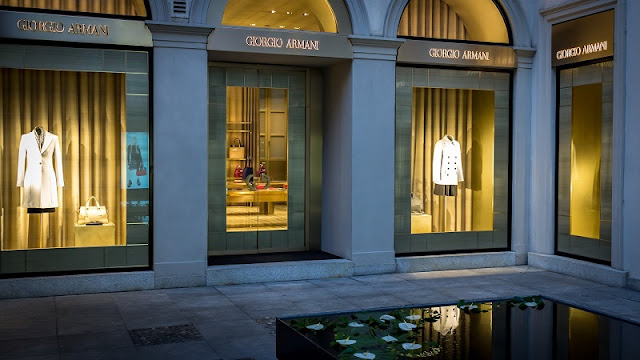 Loja Giorgio Armani no quadrilátero da moda em Milão