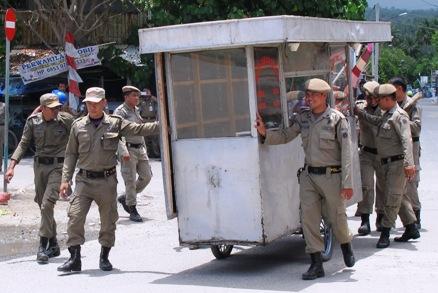 Puluhan Personil Satpol PP Tertibkan Bangunan Liar Depan Pintu, Masuk Pelabuhan Benteng