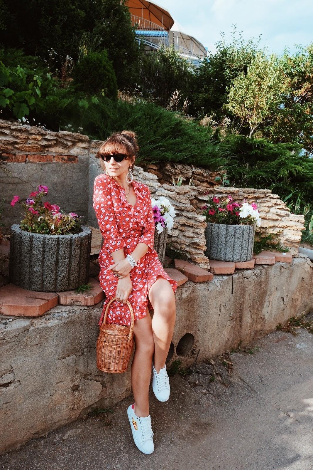 платье с кроссовками носить