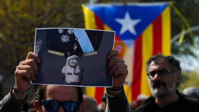 Españoles protestan por la visita de rey Felipe VI a Barcelona