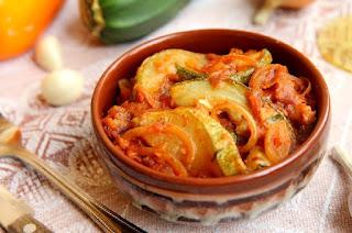 Кабачки в томатно-луковом соусе