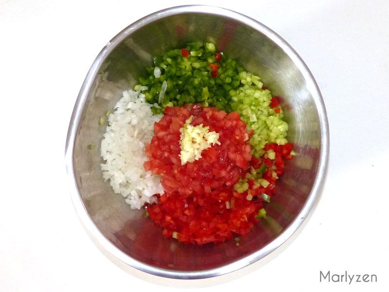Coupez les légumes en petits dés.