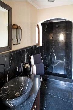 black bathroom decor via belle vivir blog