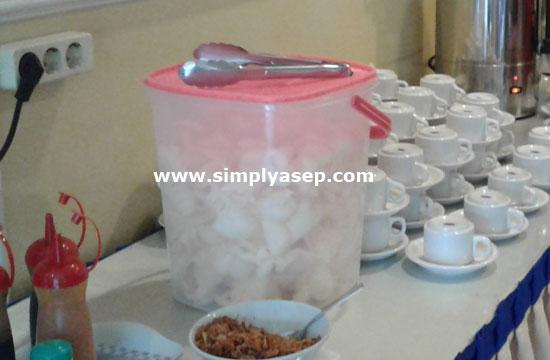 KERUPUK : Salah satu kelengkapan sarapan pagi Bubur Ayam di Hotel Sentosa Singkawang ini adalah kerupuk. Anda suka kerupuk?. Foto Asep Haryono