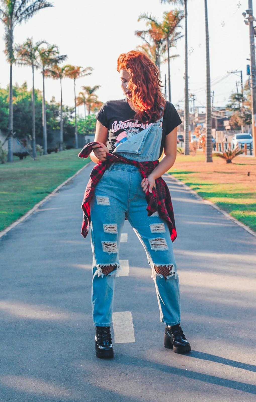 look rocker, look jardineira jeans, look coturno preto verniz salto tratorado, look preto e vermelho, look bolsa de diamante da china, T-shirt preta de unicórnio, cabelo ruivo ondulado, cabelo ondulado natural, look cabelo ondulado, ingrid gleize