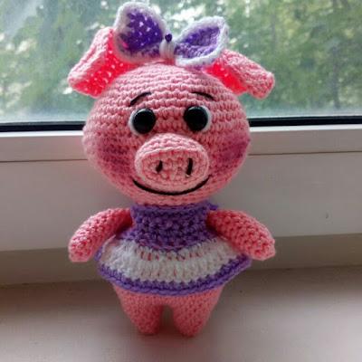 Свинка амигуруми в платьице крючком