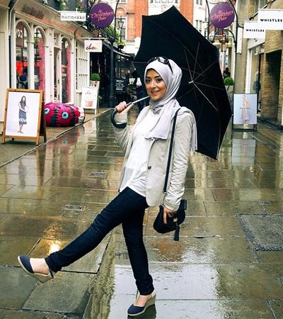 Tips Hijab dan Fashion di Musim Hujan 85424297cc