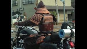 外国人「日本でサムライがバイクに乗った凄い光景を目撃した」