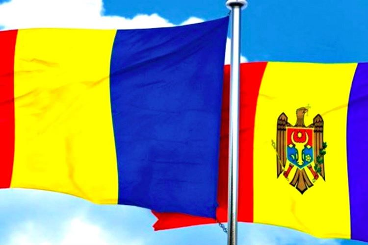 Moldova bayrağı Romanya bayrağı birbirlerine aşırı derecede benzemektedir.