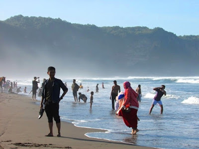 Asal-usul Larangan Memakai Baju Hijau di Pantai Selatan